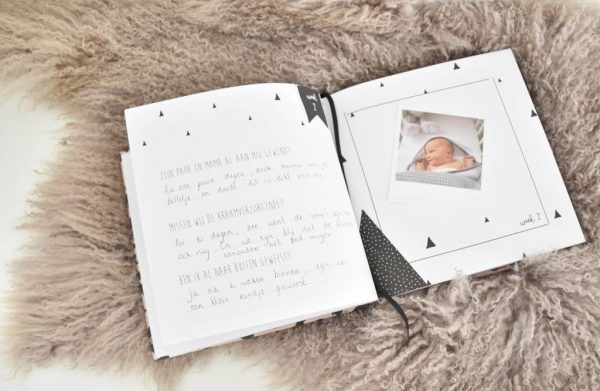 KIDOOZ Invulboek 'Mijn eerste jaar' - Panterprint - sfeerfoto 2 - invulboekjes.nl
