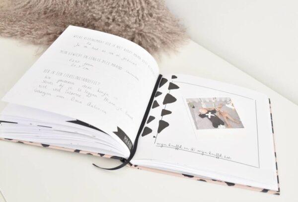 KIDOOZ Invulboek 'Mijn eerste jaar' - Panterprint - sfeerfoto 3 - invulboekjes.nl