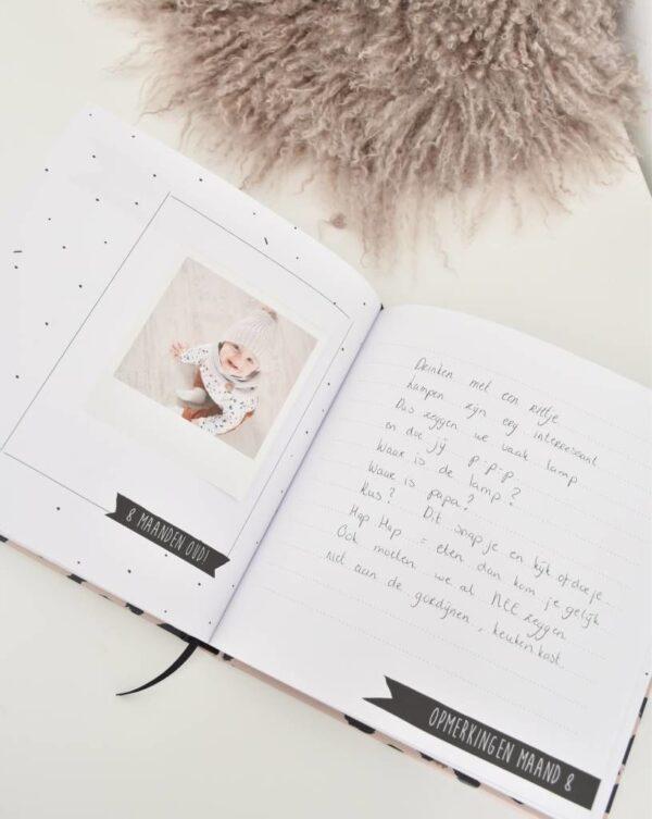 KIDOOZ Invulboek 'Mijn eerste jaar' - Panterprint - sfeerfoto 4 - invulboekjes.nl