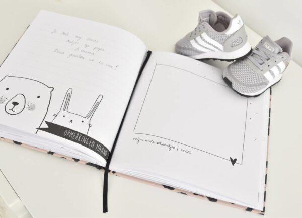 KIDOOZ Invulboek 'Mijn eerste jaar' - Panterprint - sfeerfoto 5 - invulboekjes.nl