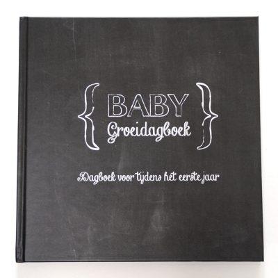 Studio DEMICO Babygroeidagboek eerste jaar - Krijtbord - voorkant - invulboekjes.nl