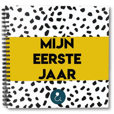 Studio Ins & Outs Babyboek 'Mijn eerste jaar' – Okergeel Babyboek