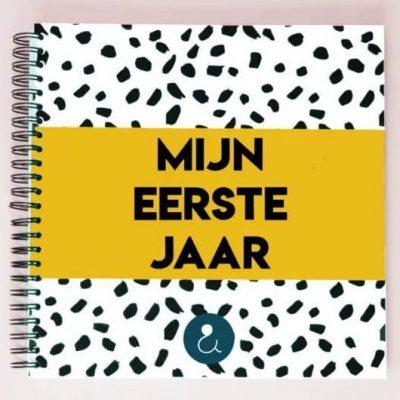 Studio Ins & Outs Babyboek 'Mijn eerste jaar' - Okergeel - voorkant - invulboekjes.nl