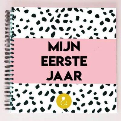 Studio Ins & Outs Babyboek 'Mijn eerste jaar' - Roze - voorkant - invulboekjes.nl