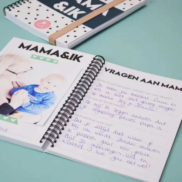 Studio Ins & Outs 'Mama&ik' - Donkerblauw - sfeerfoto 2 - invulboekjes.nl