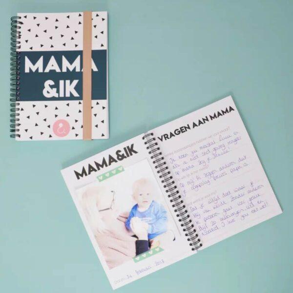 Studio Ins & Outs 'Mama&ik' - Donkerblauw - sfeerfoto - invulboekjes.nl