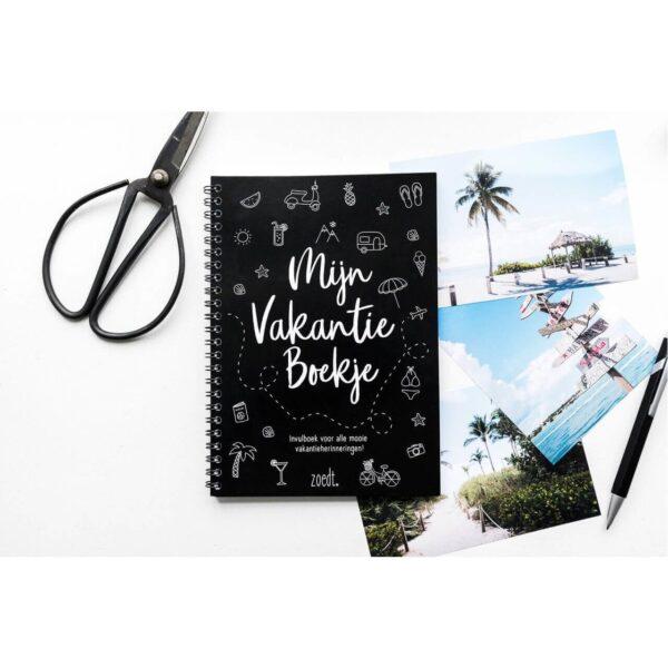 Zoedt Mijn vakantie boekje - Zwart - sfeerfoto 3 - invulboekjes.nl