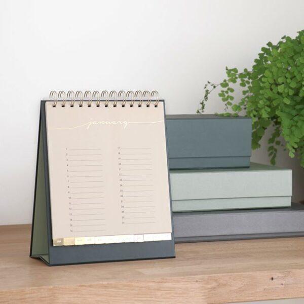 HOP Bureaukalender voor verjaardagen - sfeerfoto 2 - invulboekjes.nl