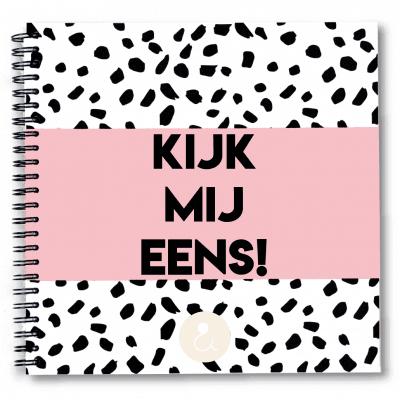 Studio Ins & Outs 'Kijk mij eens' 1-4 jaar opgroeiboek – Roze Opgroeiboek