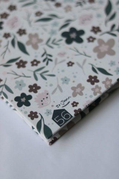 Huisje no.56 & ZoJoann – Babyboek – Bloemenprint linnen cover Babyboek