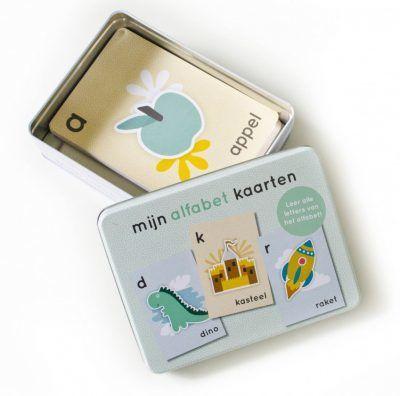 Maan Amsterdam – Mijn alfabetkaarten 'Pien' in bewaarblik – Groen Alfabet kaarten